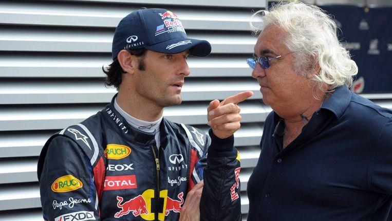Mark Webber (links) in gesprek met Flavio Briatore. Beeld epa