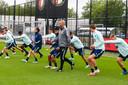Arne Slot beweegt zich rustig tussen de spelers.