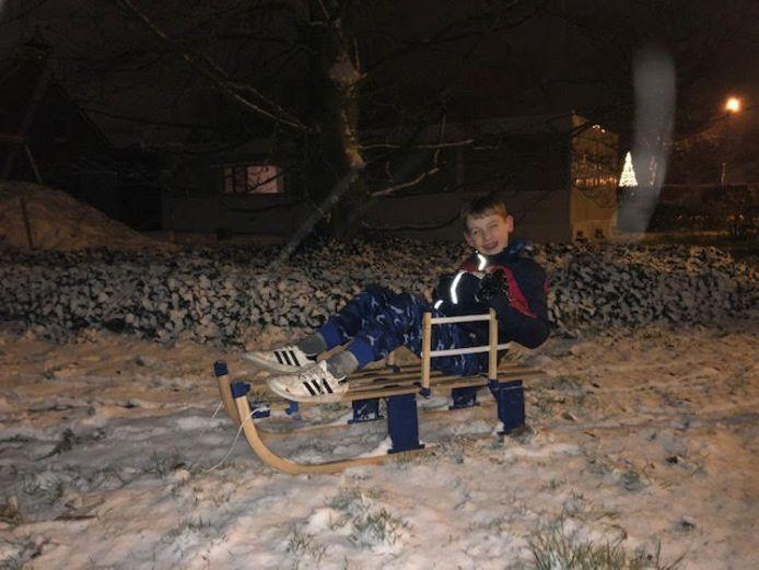 Siem is lekker in de sneeuw bezig achter in de tuin, Zeeland (Noord-Brabant