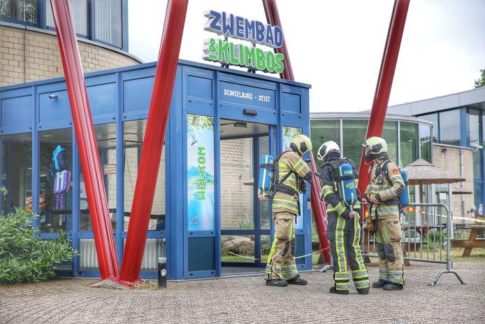 De brandweer heeft in beschermende kleding de noodknop van de installatie ingedrukt.