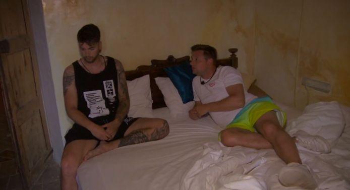 Bert deelt z'n emoties met Nico tijdens 'Temptation Island: Love or Leave'.