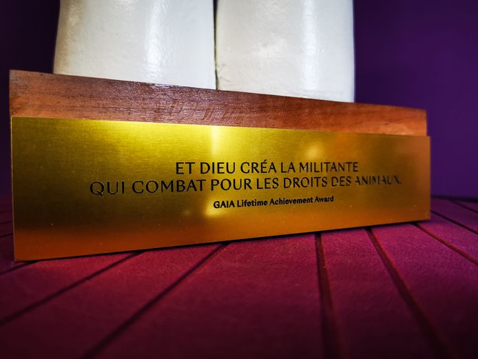 """Le prix comporte l'inscription suivante: """"Et Dieu créa la militante qui combat pour les droits des animaux"""""""