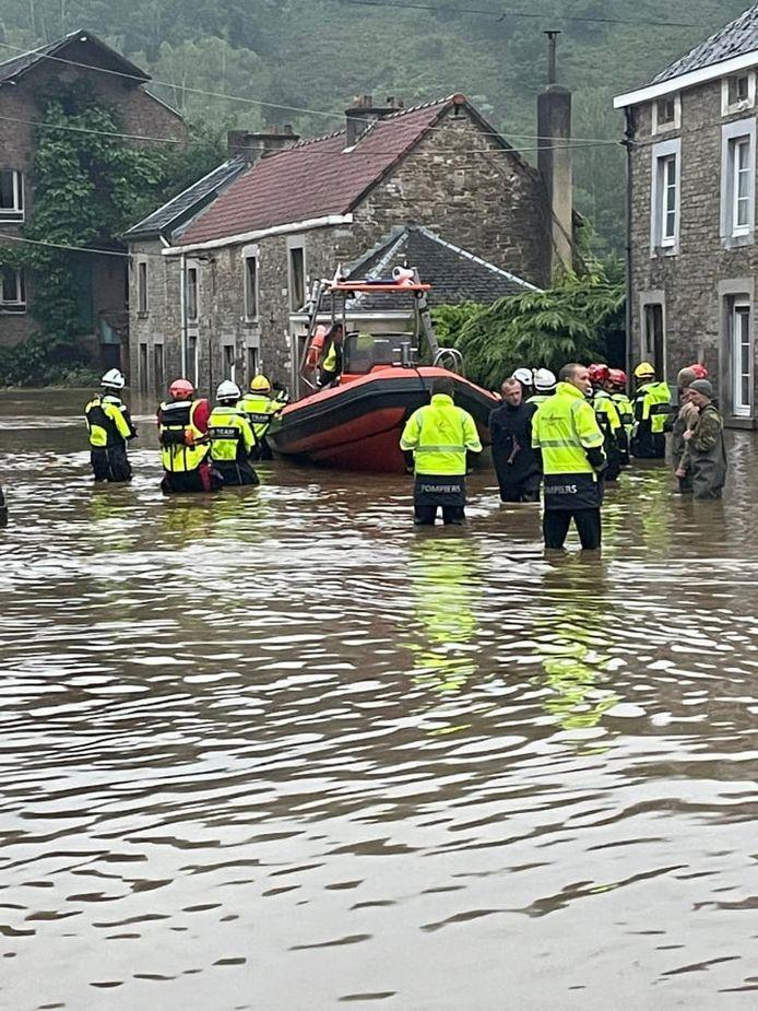 De brandweerzone is er volop in de weer om mensen te helpen.