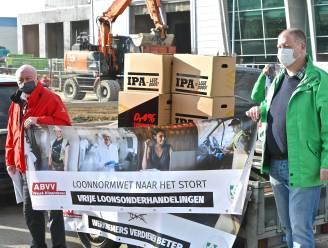 Vakbonden voeren loonnormwet symbolisch naar containerpark