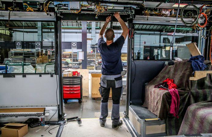 Werkzaamheden bij VDL in Roeselare, waar in 2017 werd gestart met de productie van elektrische bussen.