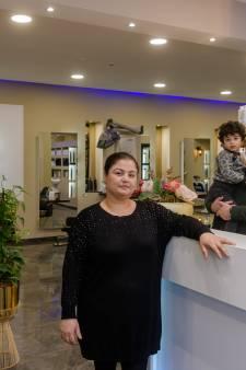 Kappers Safin en Lana leven van het spaargeld van hun kinderen: 'Zo blij dat we weer mogen knippen'