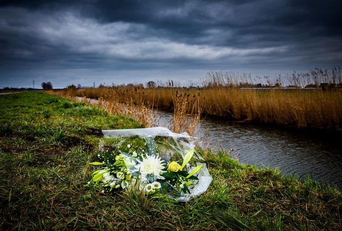 Bloemen langs de Plaatseweg, de plek waar het ongeluk gebeurde.