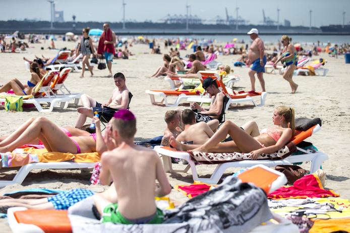 Op 5 juni bereikte de temperatuur al 30 graden. Badgasten in Hoek van Holland nemen het ervan.