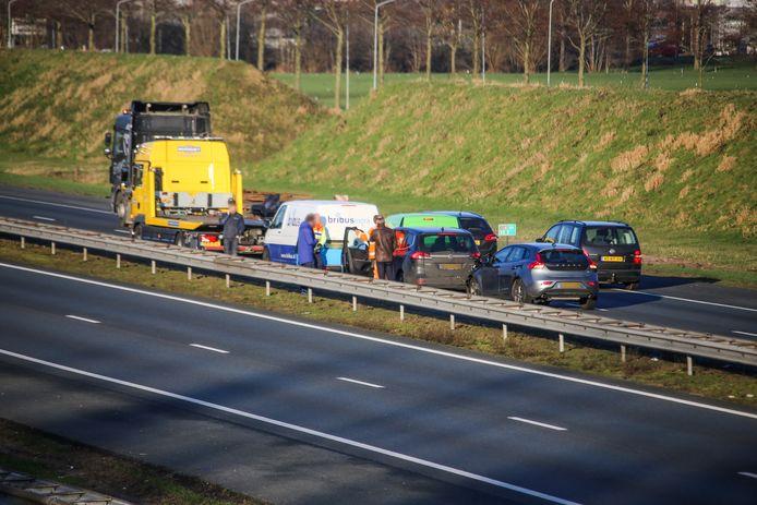 Bij de kettingbotsing op de A28 waren zeker drie auto's betrokken.
