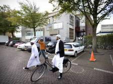 Moskeegangers bang naar vrijdagmiddaggebed te gaan