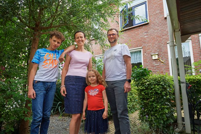 Fam. Borkowski vlnr. zoon Pawel, moeder Ania, dochter Faustina en vader Michal voor hun huis Lange Weide 9 in Lith.