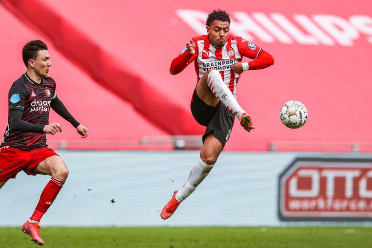 Steven Berghuis van Feyenoord (links) achtervolgt Donyell Malen van PSV. Beeld ANP