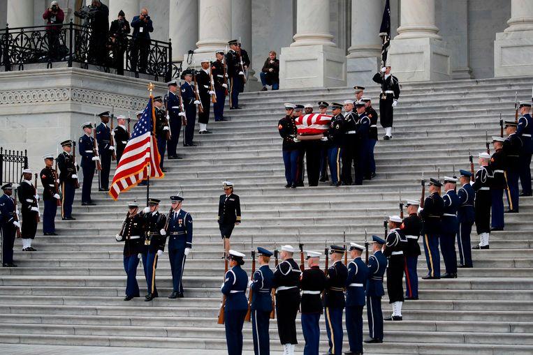 De kist met het lichaam van George Bush verlaat het Capitool.
