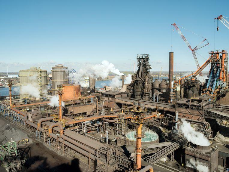 ArcelorMittal in Zelzate. 'Het bedrijf is veel efficiënter geworden, maar stoot in 2021 nog altijd 9 miljoen ton broeikasgassen uit en krijgt 7,5 miljoen gratis eenheden aan uitstootrechten.' Beeld NYT/KEVIN FAINGNAERT
