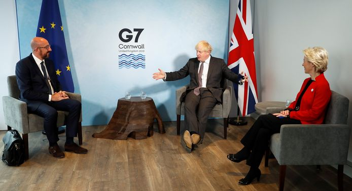 De Britse premier Boris Johnson in onderhandeling tijdens de G7-top met de leiders van de Europese Unie, Ursula von der Leyen en Charles Michel.
