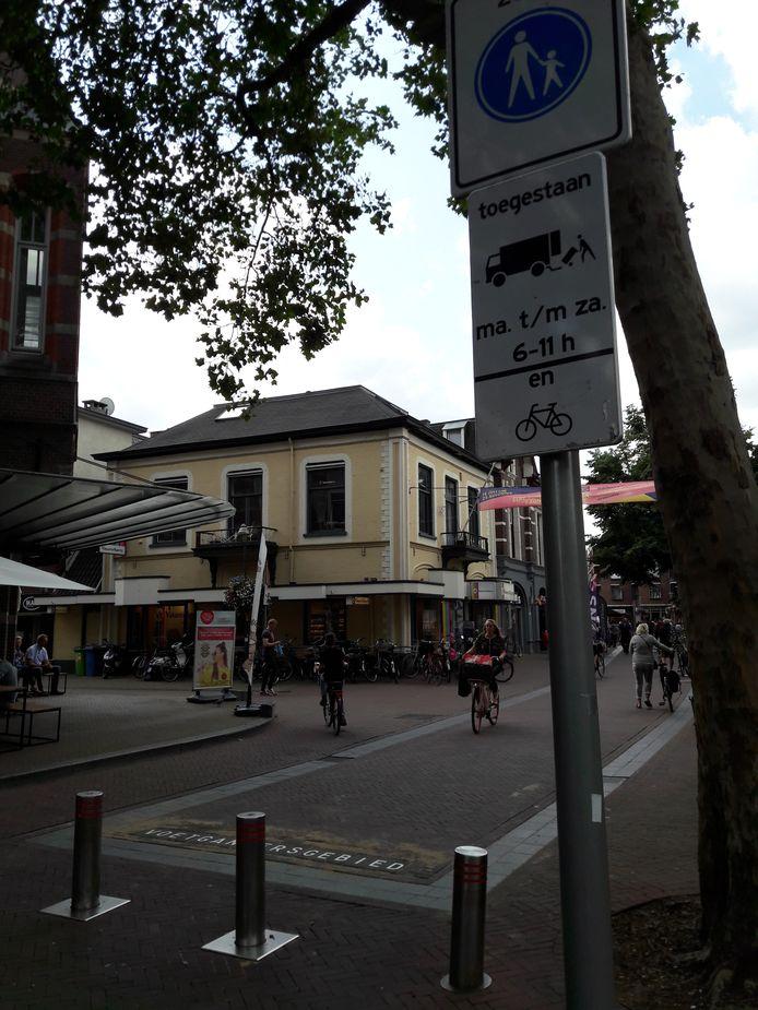 Het bord dat aangeeft dat fieters op dit deel van de Deventerstraat in Apeldoorn gewoon mogen fietsen.