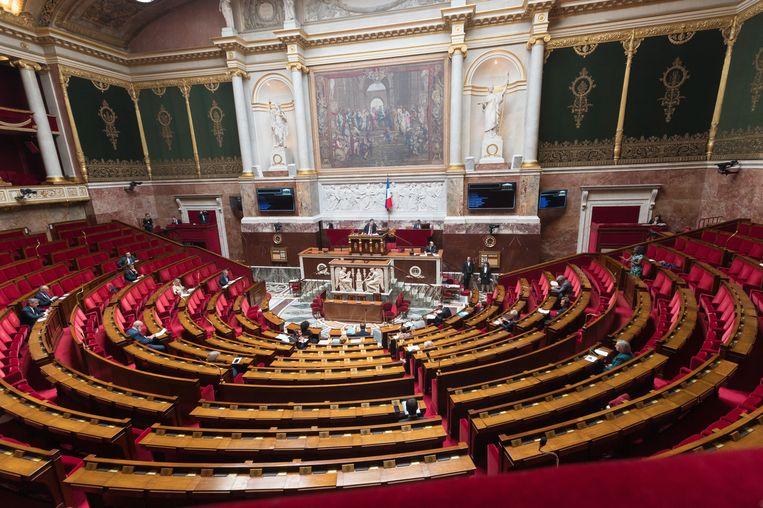Ook in de Assemblée zijn enkel de fractieleiders aanwezig, de andere volksvertegenwoordigers volgens via de computer de toespraak. Beeld Photo News