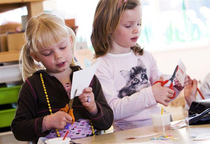 Kinderen op basisschool de Fonkelsteen zijn druk bezig om voor moederdag iets leuks te maken.