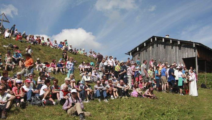 Er kwamen zo'n 1000 personen op de mis af, waaronder veel Nederlanders.