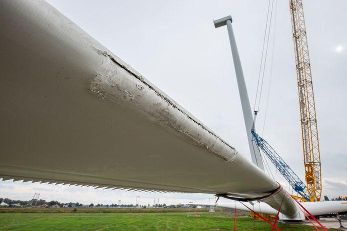 Bruchem, wieken van de windmolen zwaar beschadigd na val  EEN OPDRACHT