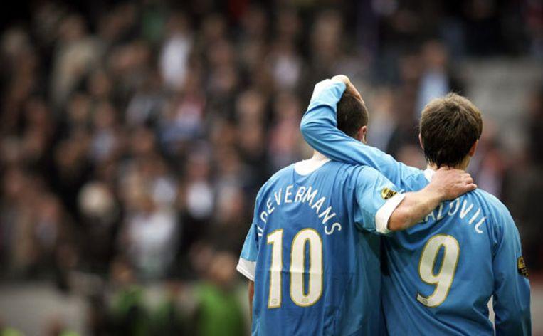Danny Koevermans (L) en Danko Lazovic van PSV lopen teleurgesteld van het veld na afloop van de eredivisie wedstrijd Ajax - PSV zondag in de Amsterdam Arena. Foto ANP/KOEN VAN WEEL Beeld