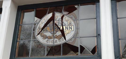Glas in lood sigarenspeciaalzaak Arnouts-Van Hees gesneuveld.