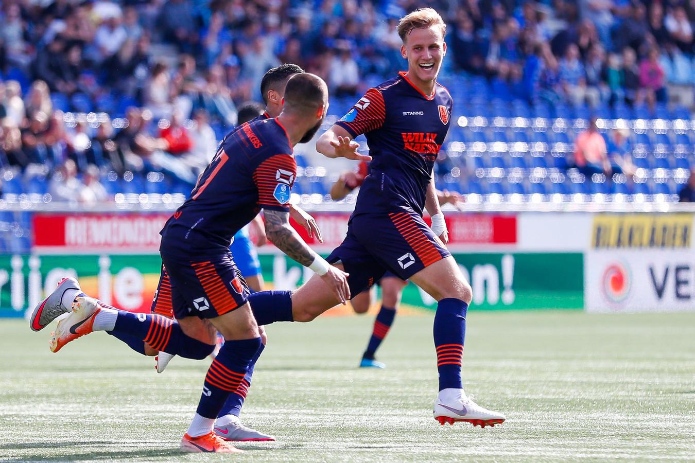 Melle Meulensteen (rechts) viert feest met zijn ploeggenoten tegen PEC Zwolle. De RKC'er scoorde tegen die club van grote afstand.