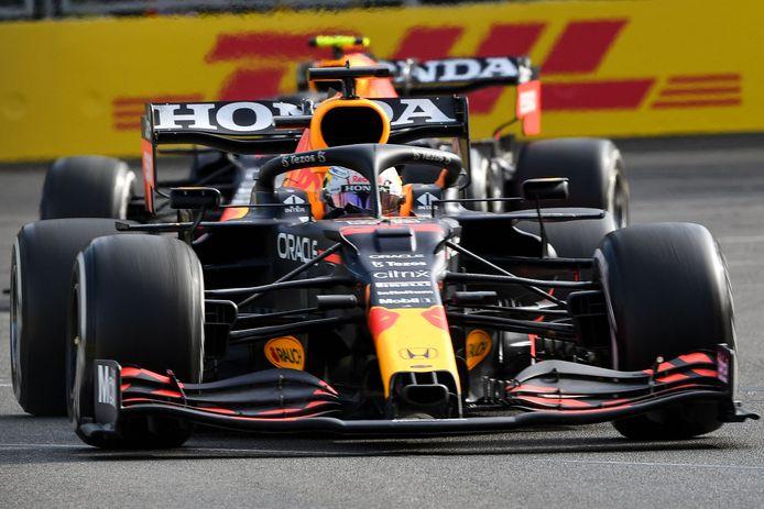 De Red Bullbolides van Max Verstappen en Sergio Pérez samen vooraan in Bakoe.