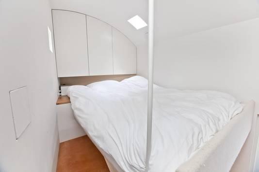 Het bed is uitklapbaar en zweeft boven de huiskamer.