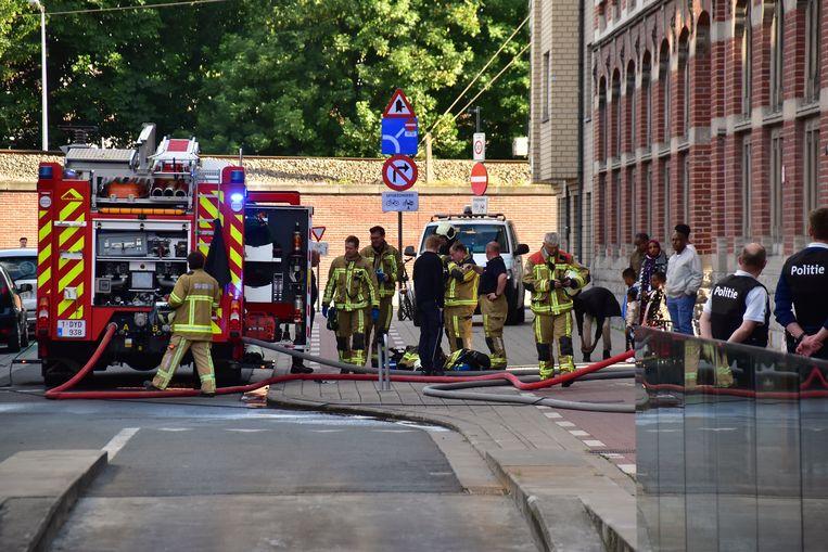 De brandweer had het vuur snel onder controle. De aanwezigen in het gebouw werden geëvacueerd.