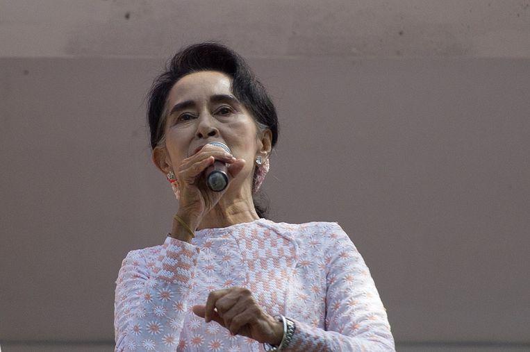 Suu Kyi gaat het gesprek aan met President Sein. Beeld afp