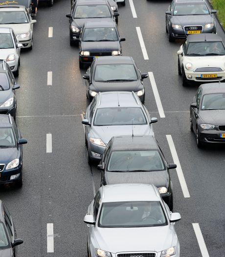 Minder voertuigen in de ochtendspits op de A15, dat is het doel: 'Fileprobleem niet opgelost met extra asfalt'