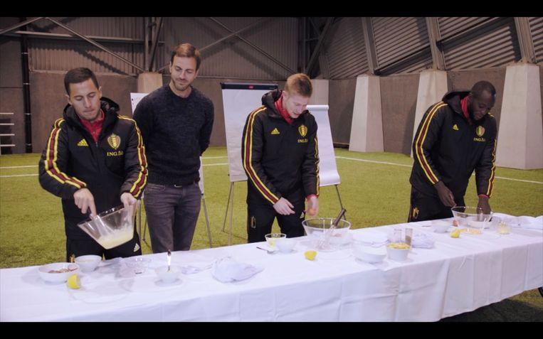 Tijdens een kookproef met Guga Baúl lijkt het alsof Hazard, De Bruyne en Lukaku nog nooit een ei van dichtbij gezien hebben.