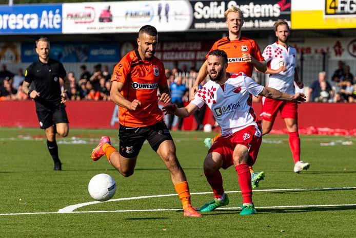 Kozakken Boys' Rochdi Achenteh zet hier Katwijk-spits Ahmed el Azzouti, die scoorde tegen zijn oude club, wel de voet dwars. FOTO PRO SHOTS