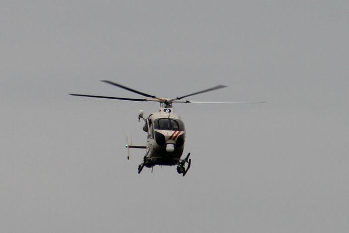 De RAGO-politiehelikopter hing lange tijd boven de regio Bambrugge/Zonnegem. RAGO politie helikopter politiehelikopter