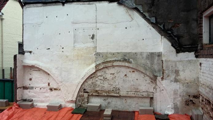 Bij een verbouwing in de Nieuwstraat kwamen zes bogen van natuursteen naar boven.