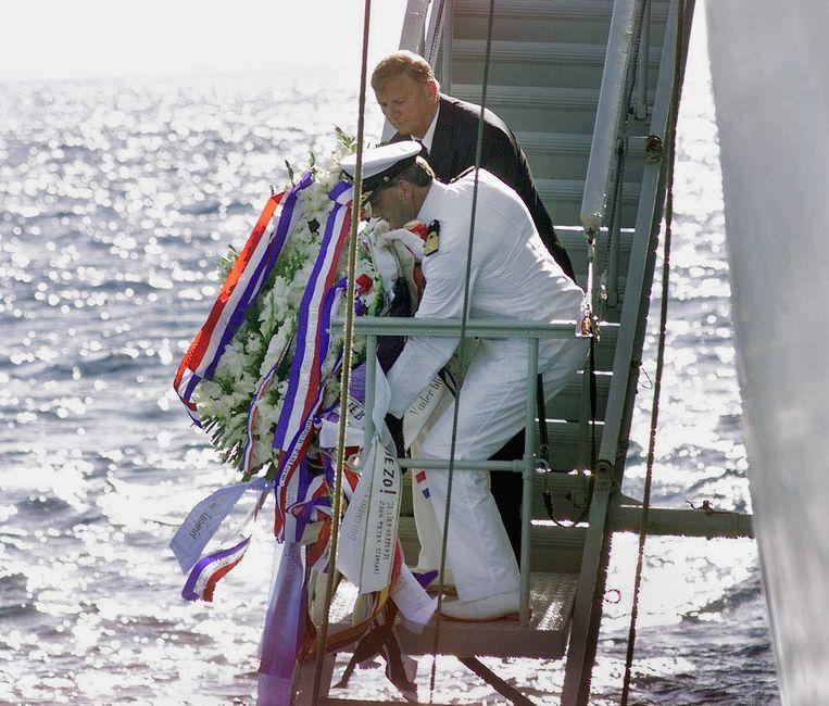 Een kranslegging in 2000, namens de Stichting Herdenking Junyo Maru. Beeld Rob Gieling