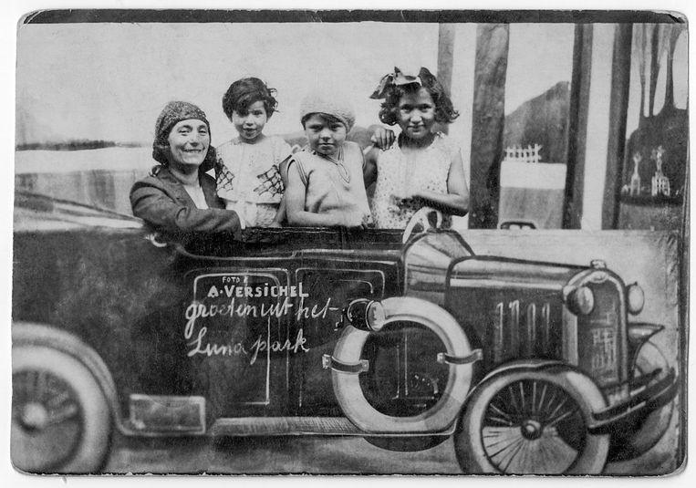 1930, Selma, rechts op de foto, met haar moeder, zusje Clara en vriendinnetje Jo Grobfeld. Beeld Privéarchief