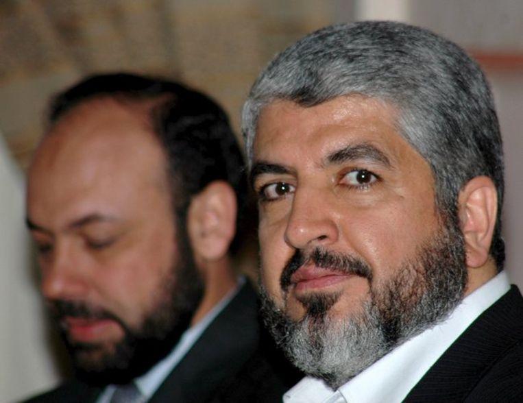 ''De soldaten van de vijand wacht een zwart lot,'' aldus Khaled Meshal (rechts op archieffoto), de topman van Hamas in Damascus. Foto EPA/Yahya Arhab Beeld