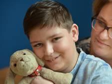 Autistische Jorrit (13) reist wereld over dankzij knuffelhond Happy