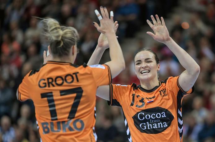 Nycke Groot en Yvette Broch zijn blij na een van de goals in de eerste helft tegen Zweden.