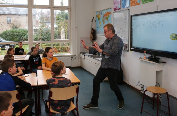 Gerard Oosterlaar, bekend van cabaretgroep Höllenboer, geeft een masterclass dialect voor leerlingen van zijn oude school.