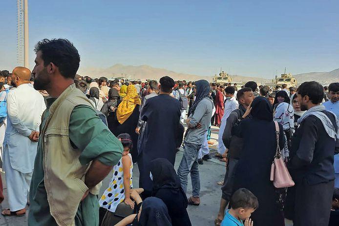 Duizenden Afghanen zijn doorgedrongen op het tarmac.