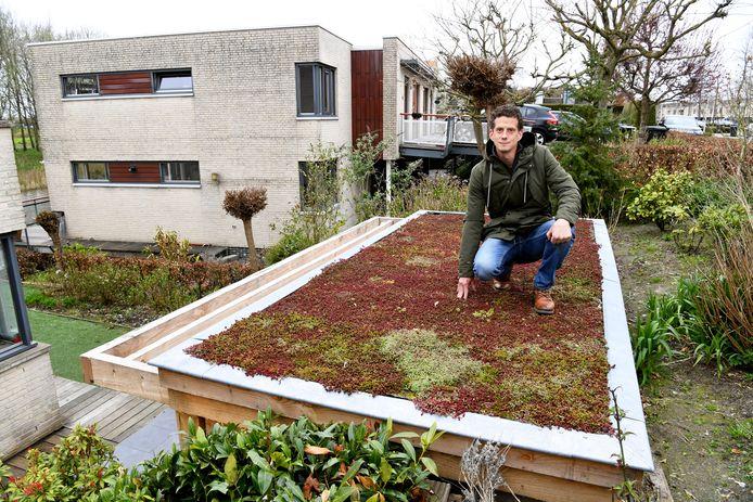 ROOSENDSAAL,  Jan Stads / Pix4Profs.  Rubriek GroenBewust Over hoe mensen 'gemakkelijk' hun tuin kunnen vergroenen, ook als ze niet zoveel plek hebben. Hovenier Marcel op de foto bij een klant, op het dak in Roosendaal, waar hij vergroeningswerk heeft gedaan.