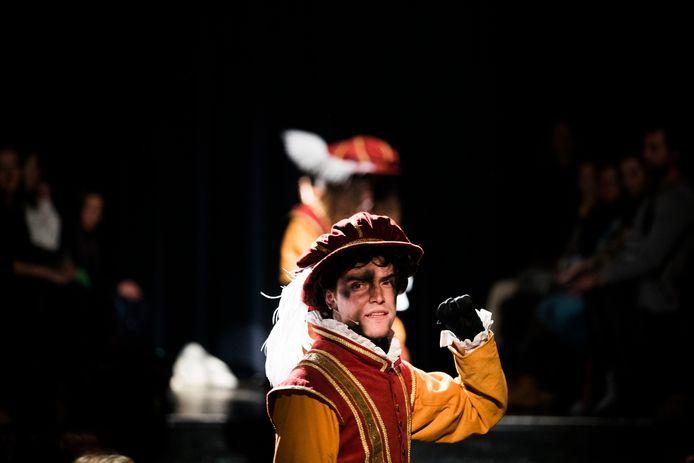 Een schoorsteenpiet in een nieuwe outfit. In Amsterdam zijn de pietenpakken gebaseerd op Spaanse edellieden uit de 16e eeuw.