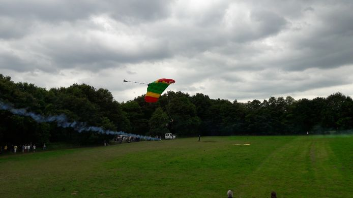 Parachutisten boven Vught