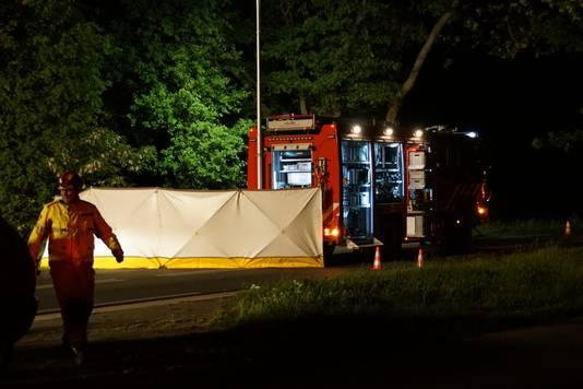 Een man uit Duiven kwam om als gevolg van een botsing met een boom langs de Ruurloseweg in Zelhem.