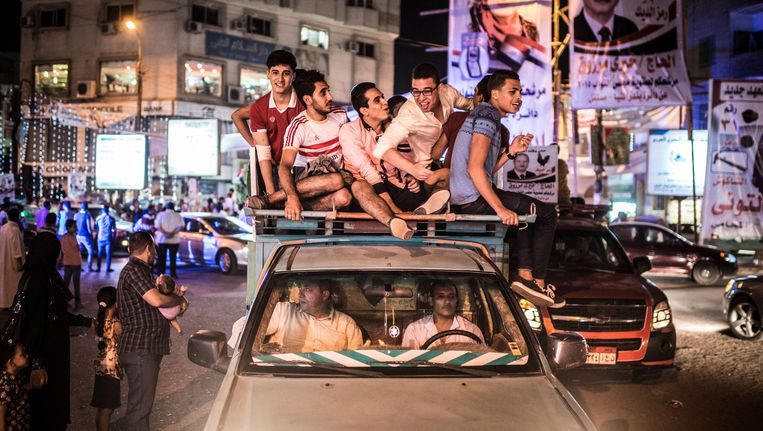 Campagnevoerders in de stad El-Minya steunen hun kandidaat voor de parlementsverkiezingen. Die werden lang uitgesteld, maar de drang naar medezeggenschap bij de Egyptenaren is niet verdwenen. Beeld BELGA