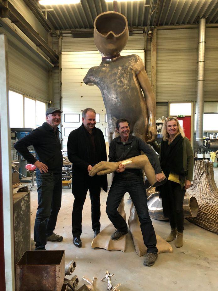 Wethouders Noël Vergunst (2e van links) en Monique Esselbrugge in december 2019 bij kunstenaarsduo Spacecowboys, makers van het kunstwerk De Waterwolf en de Aquanaut.