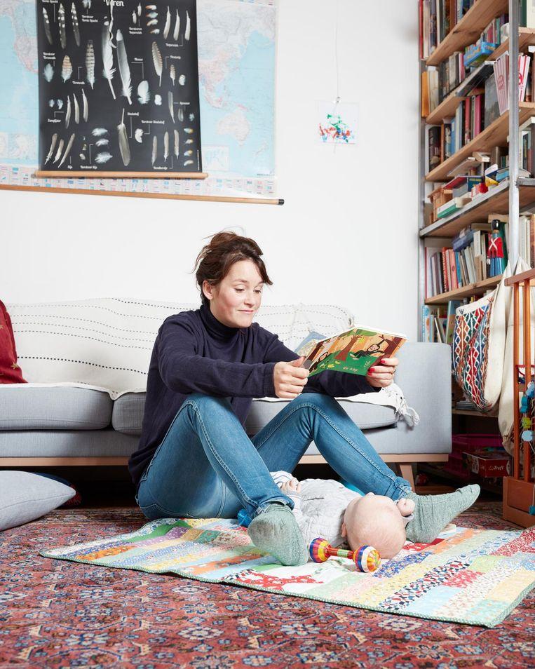 Marjolijn van Heemstra met haar zoon Otto van 6 maanden in de woonkamer in Amsterdam Noord. Beeld Erik Smits